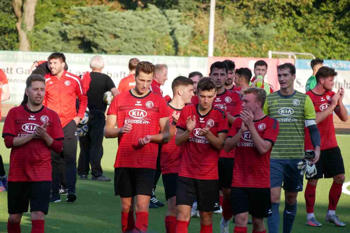 Fußball in Westfalen - Finn Wortmann und Jyhad Seklawi bejubeln den 3:2-Treffer beim Delbrücker SC